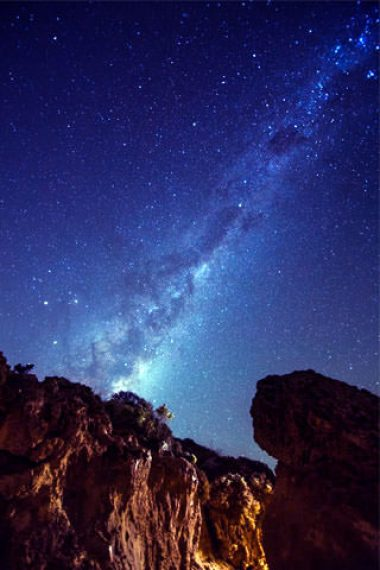 320x480-galaxy-above-mountain-rocks-wallpaper
